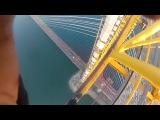 Російські екстремали без страховки підкорили височезний міст (відео)
